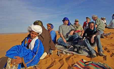 attente du coucher du soleil dans les dunes de Merzouga - sud du maroc