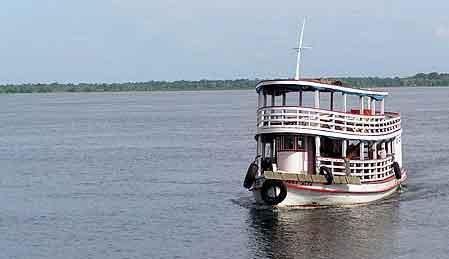 Le bateau est au milieu du fleuve, là où le courant est le plus fort