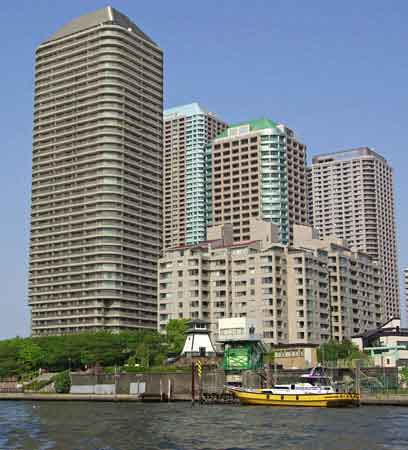 Les immeubles d'habitation le long de la rivière