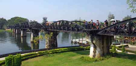 Le pont de la rivière kwai est un roman adapté au cinéma en 1957